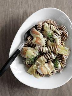 Fuldkorns- pasta med kylling og ananas. Serveres med karry-dressing