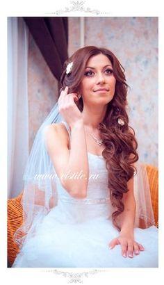 свадебные прически из локонов с цветами фото