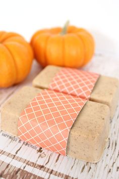 10-Minute Pumpkin Pie Spice Soap from Happiness is Homemade AND 25 Handmade Beauty Gifts pitterandglink.com