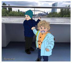 Zwei Kleinkinder bei Schifffahrt in Frankfurt