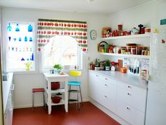 Cheery kitchen (gult hus i svingen) Inspiration Boards, Interior Inspiration, Cute Kitchen, Kitchen Stuff, Granny Chic, Colored Glass, Cribs, Modern, Living Spaces