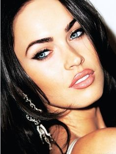 Megan in vibrant warm peachy pink with cool strong black liner and lash.well she is Megan Fox. Makeup Inspo, Makeup Inspiration, Beauty Makeup, Eye Makeup, Hair Makeup, Hair Beauty, Beautiful Eyes, Most Beautiful Women, Beautiful People