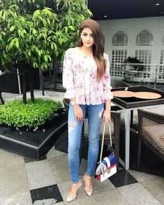 Girl Pictures, Girl Photos, Beautiful Girl Wallpaper, Saree Poses, Indian Fashion Trends, Dressing Sense, Stylish Dpz, Blogger Girl, Stylish Girl Pic