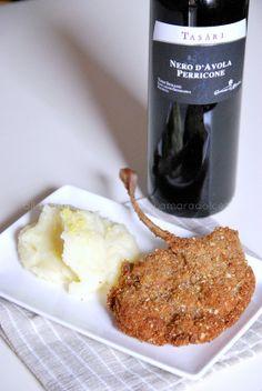 Costolette di abbacchio fritte, panate in un trito di frutta secca e accompagnate da un purè speciale di patate al limone che rinfresca la bocca senza nascondere i sapori! A voi la stuzzicante #ricetta di Amaradolcezza a cui potete abbinare un Nero d'Avola di Sicilia #ViviSimply #SiSorprende