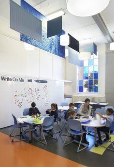 WEST HILL PRIMARY SCHOOL | O escritório DEGW e Gavin Hughes projetaram um espaço colorido e versátil para a West Hill Primary School, em Londres. Esta escola é uma pequena, multicultural, multirracial alojada em um prédio no estilo vitoriano de três andares localizado no centro de Londres. Muitos dos alunos são de classes menos favorecidas e várias iniciativas são realizadas pela escola com o objetivo de aumentar a prontidão dos alunos para aprender através ...