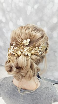 This beautiful handmade bridal hair piece made with gold crystals, gold tiny leaves and ivory glass pearls. Complement most wedding hairstyles. It is the perfect bridal headpiece for that woman who wants to simply sparkle on her wedding day. ♥ Size approx 23 сm (9) ♥ Flexible and bendable ♥ ATTACHES: secures easily with the bobby pins (not included) ♥ The bridal heapiece will be packed in a gift box ♥ Hand made in our studio NOTE! Processing time 2-4 business days + delivery 3-4 weeks to…