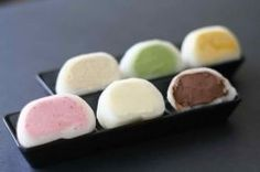 What if mochi ice cream was dipped in chocolate? Ice cream mochi : I will make this with boys during the break, chocolate, strawberry, macha, pb. Mochi Ice Cream, Yummy Ice Cream, Ice Cream Recipes, Japanese Dishes, Japanese Sweets, Japanese Rice, Japanese Style, Mochi Cake, Sushi Lunch