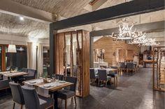 Restauracje Sopot - imitacja ścianki działowej zrobionej z brzozowych drzewek