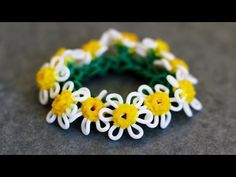 Rainbow Loom™ Macro Daisy Flower Tutorial Part This video is a tutorial of how to make a Daisy Flower Charm using rubber bands on the MonsterTail Loom recorded using a macro lens. Here are two additional videos on the Original Rainbow Loom. Rainbow Loom Tutorials, Rainbow Loom Patterns, Rainbow Loom Creations, Rainbow Loom Bands, Rainbow Loom Charms, Rainbow Loom Bracelets, Loom Bands Designs, Loom Band Patterns, Loom Bracelet Patterns