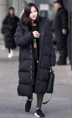 Korean Winter Outfits, Korean Fashion Winter, Korean Outfits, Japan Outfit Winter, Long Black Puffer Coat, Korea Street Style, Streetwear Jackets, Moda Outfits, Dahyun