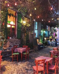 Cunda Adasi, Ayvalik Outdoor Cafe, Outdoor Restaurant, Outdoor Living, Outdoor Decor, Trattoria Italiana, Sidewalk Cafe, Café Bar, City Aesthetic, Under The Lights