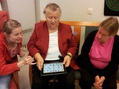 Osatavoitteena on lisätä ammattilaisten tietotaitoa tieto- ja viestintätekniikan mahdollisuuksista ikääntyneiden parissa.