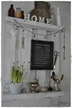 Everything good thats ............. white!: Shabby chic kitchen shelf from a pallet (europallets) and chalk tablet