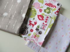 3 Fat Quarters of mid-weight high quality 100% cotton. Price of each fat quarter: 4.50 euros. If you want to buy it separately just convo me.