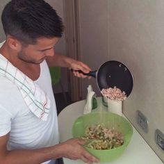 Die Überzeugung, dass man für die Zubereitung einer gesunden und leckeren Mahlzeit viel Zeit braucht, ist FALSCH! Der Salat, den ich da zubereite, ist in null Komma nichts zubereitet. Er besteht aus Shrimps und Gemüse. Die Shrimps versorgen mich mit Eiweiß sowie gesunden Fetten und das Gemüse mit Vitaminen, Mineralstoffen, Antioxidantien und Ballaststoffen. 👌 😊