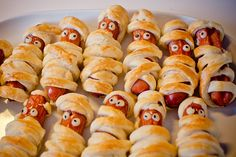 American birthday parties have their roots in European customs. Here's a look at the German birthday party customs for children's parties. Ketchup, Hot Dog Buns, Hot Dogs, Cooking Puns, Chili Party, How To Cook Lobster, Bread Mix, Cooking Classes For Kids, Home Baking