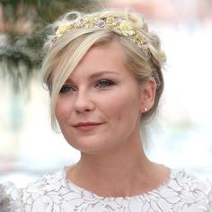 Kirsten Dunst opta por dar menos protagonismo a su maquillaje en tonos rosas para destacar su peinado romántico y naïf con diadema de flores en tonos pastel. ¡Ideal!