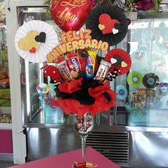 Creaciones D'encantos C.A. 🌺 (@dencantos) | Instagram photos and videos Diy Bouquet, Candy Bouquet, Valentine Gift Baskets, Valentine Gifts, Ideas Para Fiestas, Big Flowers, Homemade Gifts, Diy And Crafts, Balloons