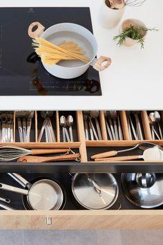 Lieu de convivialité par excellence, surtout quand elle est ouverte, la cuisine doit avant tout être bien équipée, ergonomique et disposer de nombreux rangements. Mais comment lui donner un style unique et harmoniser mais aussi fonctionnel et pratique ? Il suffit d'une dominante de blanc et de bois clair, de touches minérales et d'étagères décoratives pour inscrire la cuisine dans une ambiance nature et zen qui transforme tout l'espace. Découvrez comment aménager cette cuisine chaleureuse. Zen, Unique, U Shaped Kitchen, Everything, Ceramic Vase