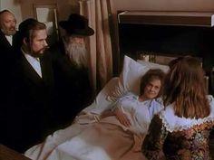 Una Extraña Entre Nosotros 1992  Emily Edith, una dura y cínica agente de policía, se infiltra en una cerrada y estricta comunidad judía de Nueva York para intentar descubrir al autor de un brutal asesinato. A pesar de las reticencias iniciales, la joven logra integrarse poco a poco en el grupo y, además, acaba enamorándose del hijo de un rabino.