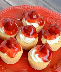 Mini Cherry Cheesecake Cookie Cups - these little cheesecake cups are packed with flavor. A great way to serve cheesecake to a crowd! Ice Cream Desserts, Mini Desserts, Delicious Desserts, Small Desserts, Plated Desserts, Easter Desserts, Delicious Cookies, Cheesecake Cookies, Cheesecake Recipes