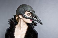 Máscara cráneo de pájaro en un acabado negro grafito