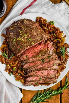 This Easy Top Round Roast Beef Recipe is going to become a regular in your house after you see how easy it is to make. With only five minutes of preparation time and the most perfect flavor, your family will love this easy roast beef recipe. Round Roast Oven Recipe, Bison Roast Recipe, Top Sirloin Roast Recipe, Top Round Roast Beef, Beef Top Round Roast Recipe, Top Round Steak, Beef Round, Roast Beef Recipes, Beef Recipes For Dinner