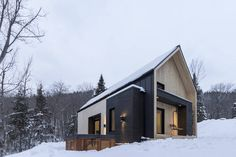 Lomamökki kaupungissa Petite-Rivière-Saint-François, Kanada. Villa Boreale is a scandinavian inspired modern barn located in Charlevoix, Québec, 10 minutes away from Le Massif de Charlevoix ski resort. This vacation rental offers 4 bedrooms, including 7 beds and can accommodate up to 14 guests. The project...