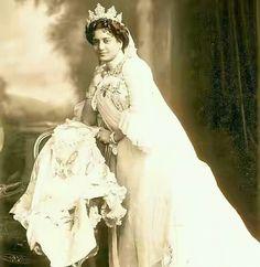 Maharani sunity Devi of koochbihar state.. 1866- 1932... She was daughter of keshub Chandra Sen activist of brahmosamaj .. she was married to maharaja Nripendra Narayan .. because of the education she was loving British culture...