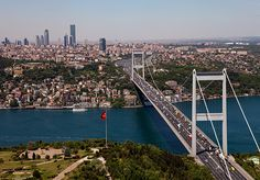 Предлагаем вам путеводитель по Стамбулу в фотографиях – красивейшему городу в мире. Часть Стамбула расположена в Европе, другая – в Азии, и это очень сказывается на его духе, архитектуре и жителях. Пожалуй, город взял лучшее с двух континентов – из Европы чистоту, ухоженность и удобство пользования, а у Востока изящество архитектуры, гостеприимность жителей и трепетное отношение к прошлому. В нашем обзоре все основные достопримечательности Стамбула в больших красивых фотографиях.
