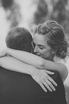 bruid omhelst de bruidegom