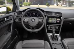 VW Golf VII 2017.Handbewegungen werden beispielsweise die Radiolautstärke oder der Sender geändert. Im Instrumententräger befindet sich kein normaler Tacho mehr, sondern das sogenannte Active Info Display mit 12,3 Zoll und 1.440 x 540 Pixeln. Auf dem Bildschirm werden die gewünschten Instrumente digital angezeigt. Auch eine Karte für die Navigation kann eingeblendet werden.