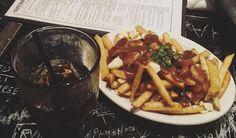 La poutine est une spécialité québécoise composée de frites recouvertes de fromage puis de sauce brune. Le fromage utilisé est la plupart du temps du cheddar. La sauce brune quant à elle est consti…