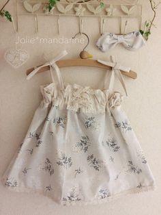 キュート&ナチュラルな花柄とクリーム無地コットンを合わせてお作りしたレースアップ(編み上げ)4ウェイワンピース&スカートとヘアゴムのセットです。ワンピースにした時に肩紐の長さを調節出来ますのでお子様の成長に合わせて長くご着用いただけます。紐を中に隠せはウ...