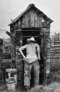 the outhouse, vintage farm life Outside Toilet, Outhouse Bathroom, Photo Deco, Old Cabins, The Old Days, Old Farm, Old West, Country Life, Country Barns