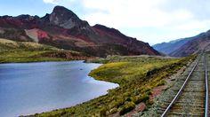 Laguna perdida entre las montañas de la sierra peruana a más de 4000 msnm.