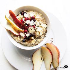 Frühstück ist fertig!… Beeren-Mandel-Porridge. Cremig, fruchtig, knusprig!