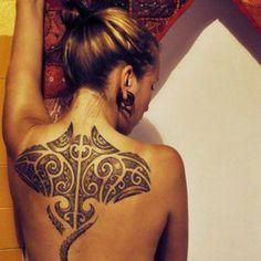 tatouage tribal tortue raie femme dos