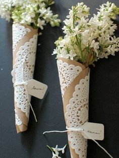 I love this brown paper, doilies string with flowers to put on the table as decoration. Diy Décoration, Diy Crafts, Easy Diy, Simple Diy, Diy Love, How To Wrap Flowers, Flower Wrap, Paper Doilies, Paper Lace