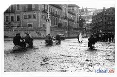 En el cruce de Calvo Sotelo con Gran Vía, otro de los primeros semáforos que se instalaron en la ciudad. Fecha desconocida. Torres Molina/Archivo de IDEAL