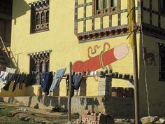 Fallos indgår i de mange malerier med folkelige billeder, der udsmykker husene.