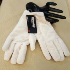 🎉🎊HOST PICK🎊🎉 THINSULATE WHITE QUILTED GLOVES 🎊🎉HOST PICK🎉🎊- POSH LOVE FEST-FALL FASHION PARTY HOST: @RINGLEADER💗 THANKS HOLLY THINSULATE WHITE QUILTED GLOVES SOFT & WARM FITS MOST, HAS STRETCH,   PROTECT YOUR HANDS WITH THESE LOVELY GLOVES THINSULATE Accessories Gloves & Mittens