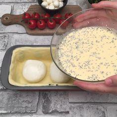 The mozzarella tomato cake - İtalian cuisine Love Eat, Love Food, Cake Tomate Mozzarella, Food N, Food And Drink, Tomato Cake, Disney Desserts, Plum Cake, Tasty