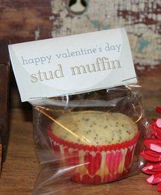 Muffins adorables. ¿Te gusta la repostería? Si es así puedes prepararle una hornada de muffins deliciosos para desayunar el día de San Valentín. Pero si la cocina no es tu fuerte, o no tienes tiempo para prepararlos, aquí tienes otra sugerencia que queda muy cute. Compra su muffin preferido en la panadería y prepara este sencillísimo packaging con un mensaje de amor. Necesitarás una bolsa de celofán (puedes comprarlas en un bazar o reciclar una bolsa de chuches, por ejemplo) e imprime tu…