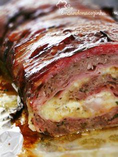Rocambole de carne moída com linguiça e bacon