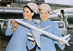 1960年代にスチュワーデス(客室乗務員)たちを撮影したカラーのビンテージ写真です。とても華やかに制服を着こなしています。パイロットになることに憧れを抱いてしまう写真ですファッションモデルのようなポーズ...