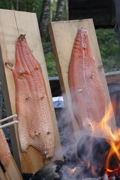 Loimulohi Glow Salmon A delicacy you should taste! :) Sirpa: My cousin just sent me a picture from Finland doing the exact same thing,,,,looks like it tastes fantastic! Helsinki, Lappland, Finnish Cuisine, Finland Food, Finnish Recipes, Scandinavian Food, Smoked Salmon, Camping, Summer Recipes