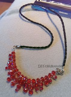 Red Pearl Statement Rote Perlen-Statement Kette an Lederband