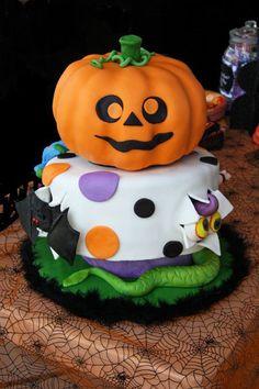 Torta di Halloween a forma di pacco regalo con zucca