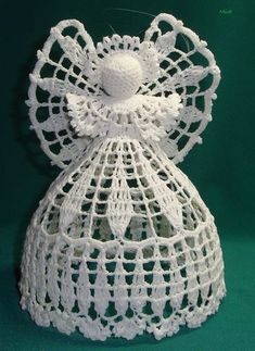 This is one of the best crochet angel ornaments I've ever seen.How to crochet a beautiful tiny dress. No pattern - Salvabrani Crochet Snowflake Pattern, Vintage Crochet Patterns, Crochet Flower Tutorial, Christmas Crochet Patterns, Crochet Snowflakes, Crochet Designs, Crochet Tree, Crochet Angels, Crochet Gifts